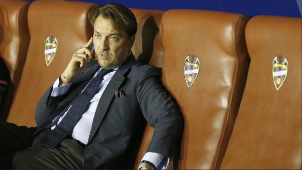 El presidente del Levante, Quico Catalán, habla por teléfono desde el banquillo del Ciutat.