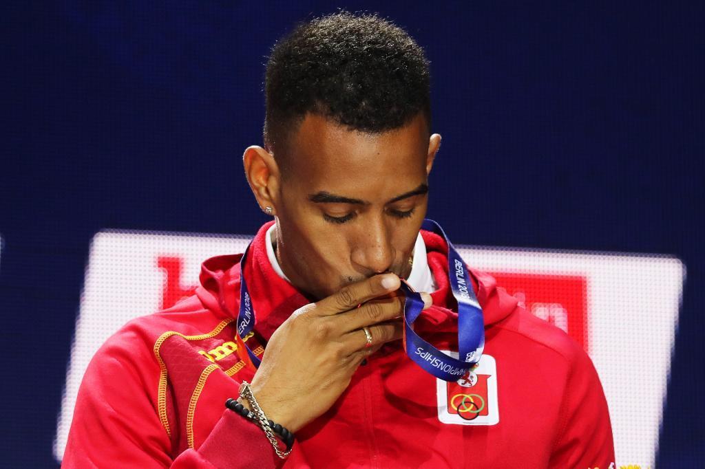 Orlando Ortega besa el bronce ganado en el Europeo de Berlín.