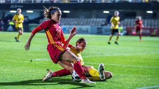 Nahikari García puja por el balón con una defensa belga.