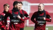 David Villa, junto a Andrés Iniesta, en el primer entrenamiento del...