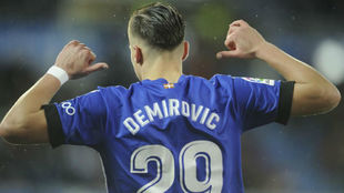 Demirovic celebra un gol con el Alavés