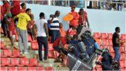 La Policía evacúa al público durante un Guinea Ecuatorial-Ghana.