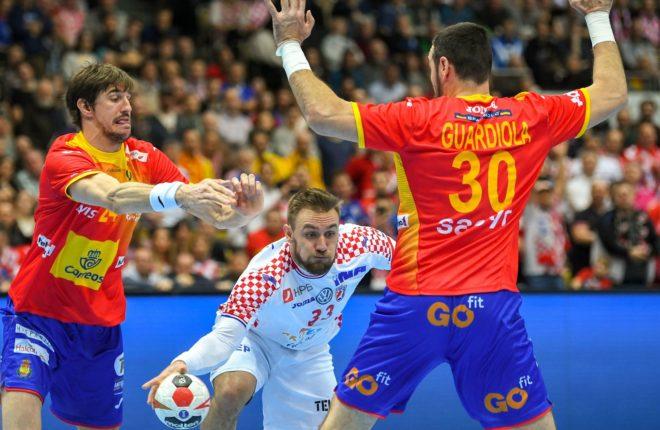 El croata Cindric intenta filtrar un balón entre Morros y Guardiola.