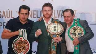 "Eddy Reynoso, Saul Alvarez y Jose ""Chepo"" Reynoso posan con..."