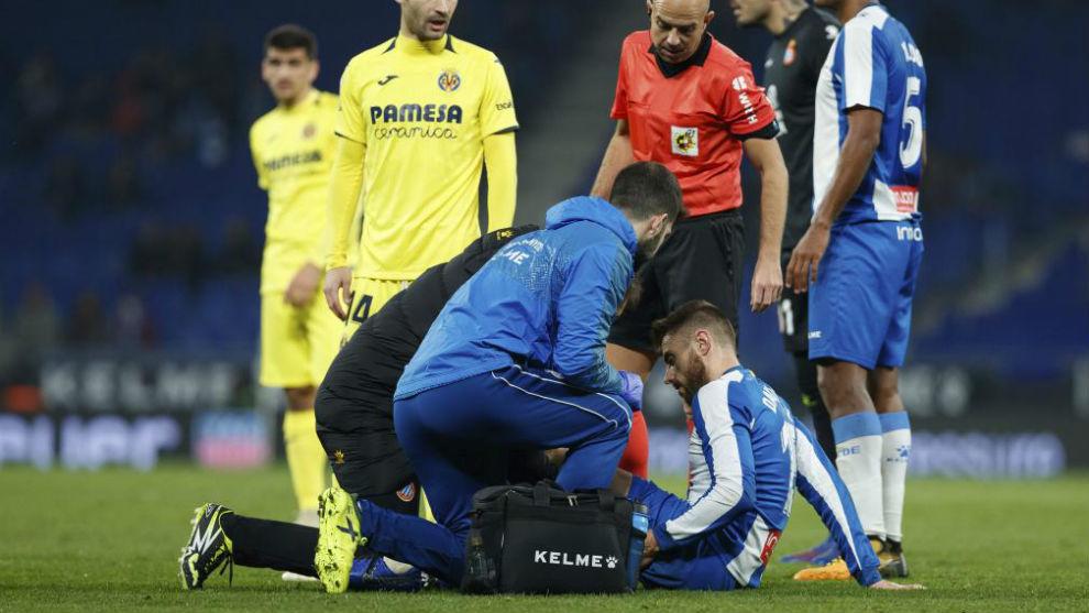 David López es atendido por los médicos del Espanyol.