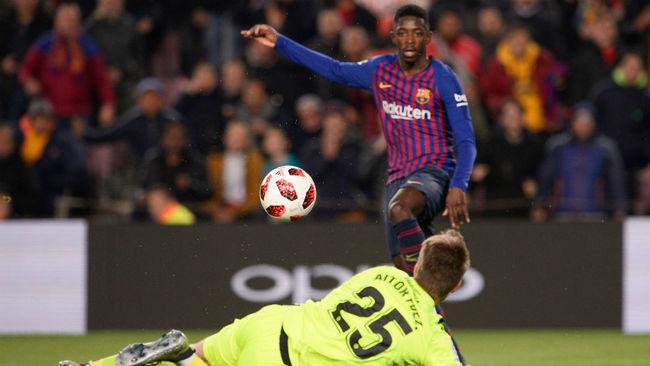 Dembélé remata ante Aitor en la jugada del segundo gol del partido.