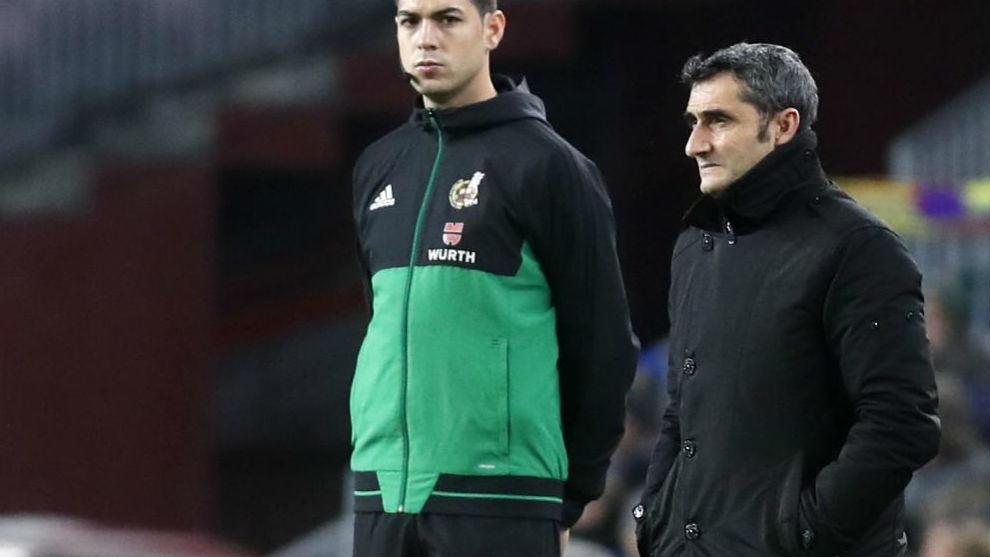 Valverde, en el área técnica del Camp Nou.