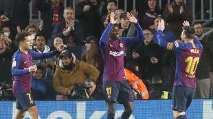 Coutinho, Dembélé y Messi celebran uno de los goles contra el...