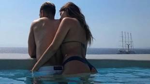 Chicharito Hernández y Sarah Kohan posando en la piscina de...