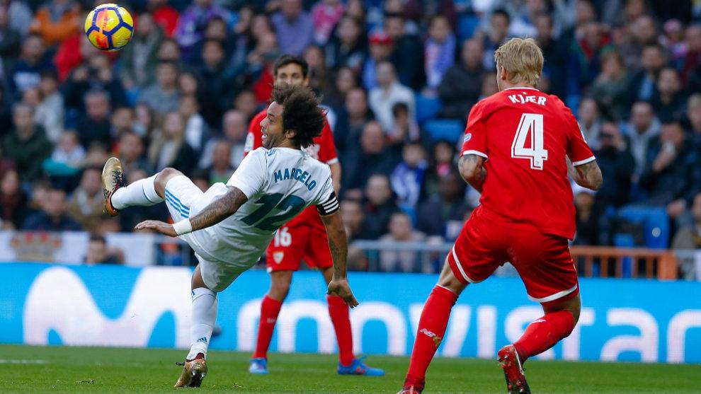 Marcelo golpea el balón en presencia de Kjaer, en el Madrid-Sevilla...