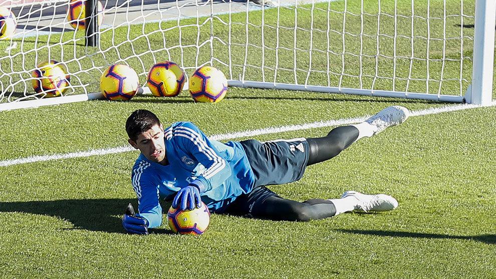 Courtois durante el entrenamiento del Real Madrid.