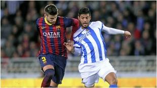 Carlos Vela, con Gerard Piqué en un Real Sociedad vs Barcelona del...