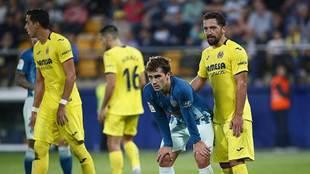 Iturra, marcando a Griezmann en el partido del Atlético en Villarreal