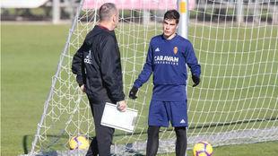 Alberto Soro charla con Víctor Fernández.