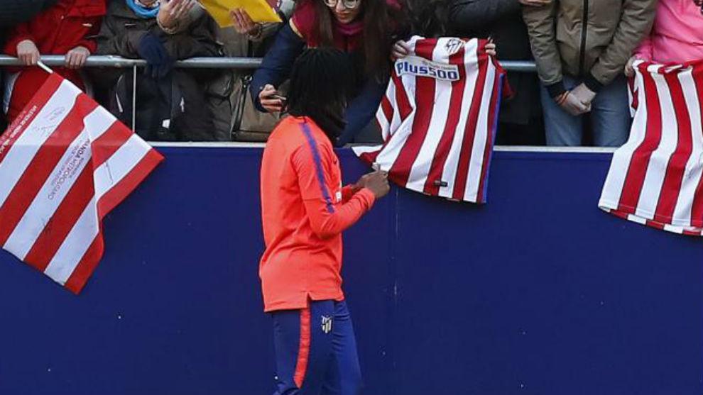 Gelson firma autógrafos a la afición del Atlético.