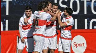 Los jugadores del Sanse se abrazan celebrando un gol