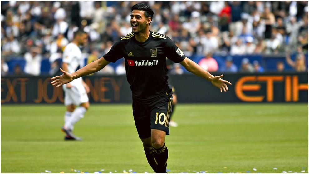 Carlos Vela festeja un gol con el LAFC en la MLS.