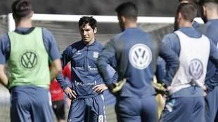 Borja Lasso escucha instrucciones durante el entrenamiento del...