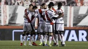 Los jugadores del Rayo Vallecano se abrazan para celebrar un gol.