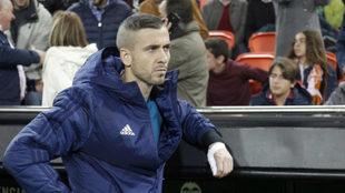 Jaume apoyado en el banquillo de Mestalla.