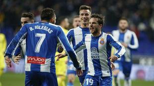 Borja Iglesias, de espaldas, celebra un gol con Piatti