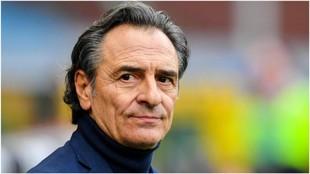 Cesare Prandelli observa el partido contra el Atalanta.