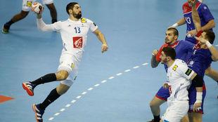 Nikola Karabatic, a la izquierda, en el partido frente a Rusia en el...