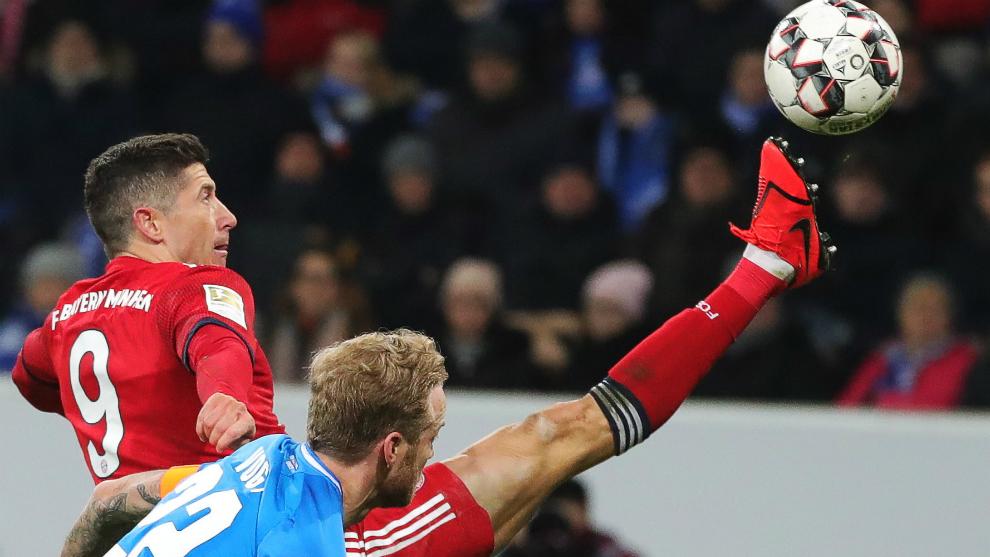 Lewandowski controla el balón ante la oposición de un rival