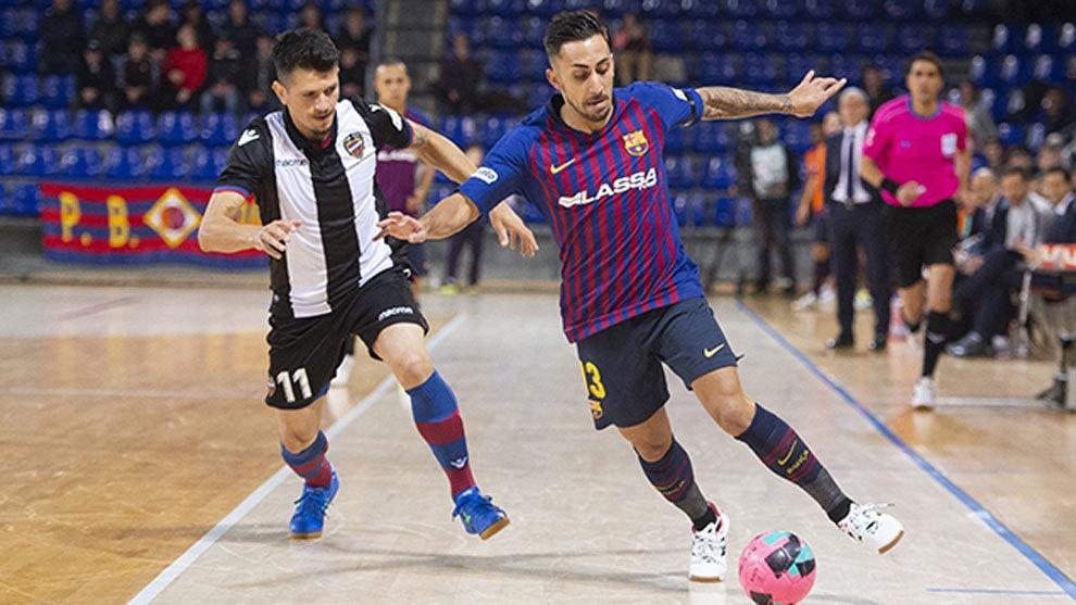 Fútbol Sala  Ajustada victoria del Barça Lassa ante un combativo ... ba0a1edb2eaec