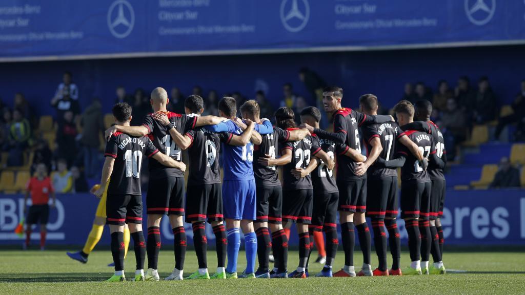 Los jugadores del reus hacen un parón en el partido ante el Alcorcón