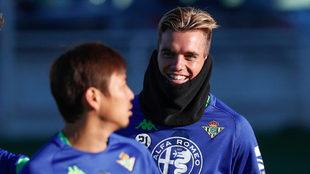Lo Celso sonríe junto a Inui en un entrenamiento.
