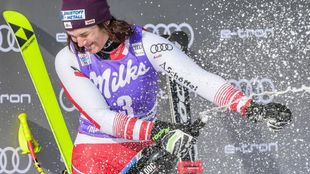 Eamona Siebenhofer celebra en el podio su segunda victoria consecutiva...