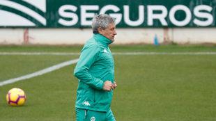 Quique Setién, en el entrenamiento en la Ciudad Deportiva del Betis.