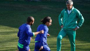 Setién, cerca de Lainez y Sidnei en el entrenamiento.