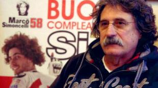 Paolo Simoncelli, con la imagen de Marco, detr�s.