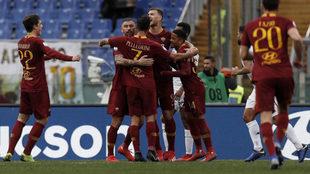 Los jugadores de la Roma celebran uno de sus goles.