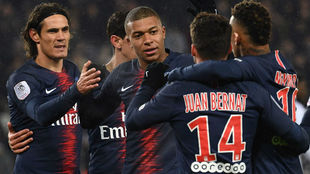 Cavani y Mbappé celebran con sus compañeros.