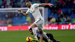 Benzema, con la mano protegida, se va de Navas en el partido ante el...