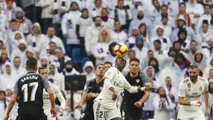 Vinícius controla un balón durante el partido del Sevilla.