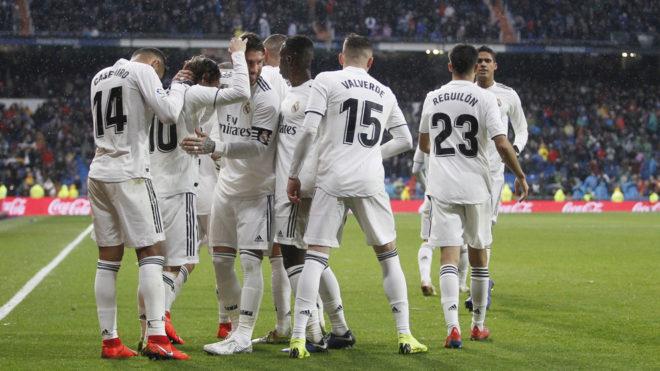 Los jugadores del Real Madrid celebran un gol ante el Sevilla.