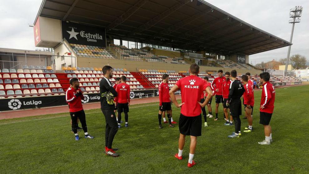 Los jugadores del Reus escuchan al míster antes de un entrenamiento