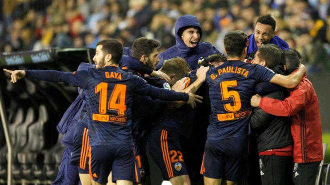 Los jugadores del Valencia celebran el 1-2 de Rodrigo.