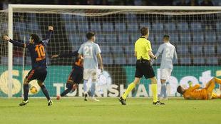 Parejo celebra uno de los goles del Valencia.