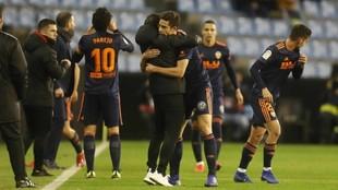 Gabriel Paulista se abraza a Marcelino tras el gol de Rodrigo.