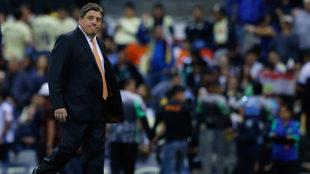 El Piojo camina en la cancha del Estadio Azteca.