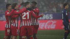 Los jugadores del Atlético celebran un tanto al Huesca.