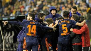 La plantilla del Valencia celebra el gol de Rodrigo.