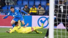 Jorge Molina realiza un regate en el partido ante el Villarreal.