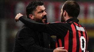 Gattuso e Higuaín se abrazan tras un partido.