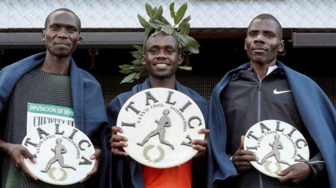 El podio masculino del Cross de Itálica con Jacob Kiplimo coronado en...